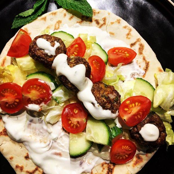 Keftes de dinde à la grecque, pita et sauce tzatziki